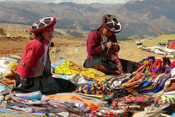 Índias peruanas mostram como fazem e tingem a lã que usamos